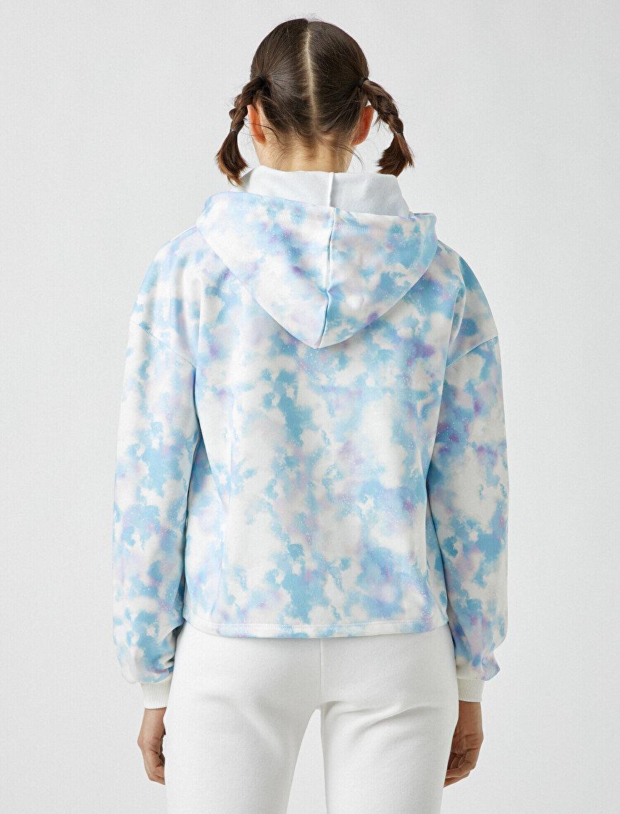 Kapüşonlu Batik Desenli Sloganlı Sweatshirt