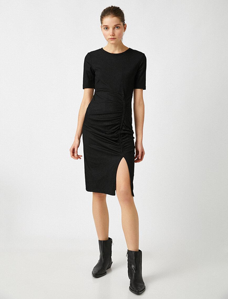 Kısa Kollu Büzgü Detaylı Yırtmaç Detaylı Elbise