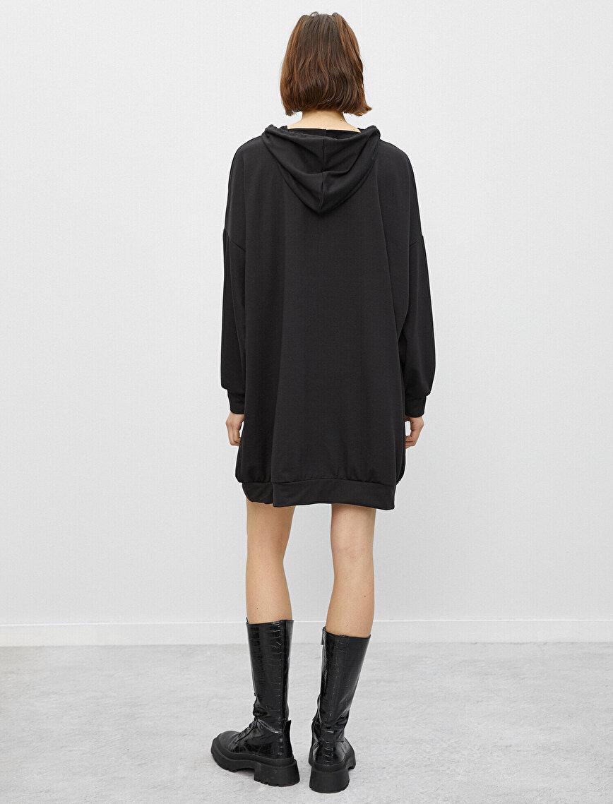 Kapüşonlu Uzun Kollu Yazılı Baskılı Elbise