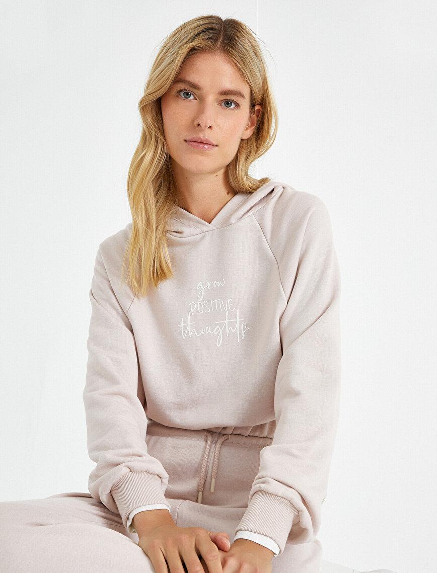 Uzun Kollu Kapüşonlu Yazı Baskılı Sweatshirt