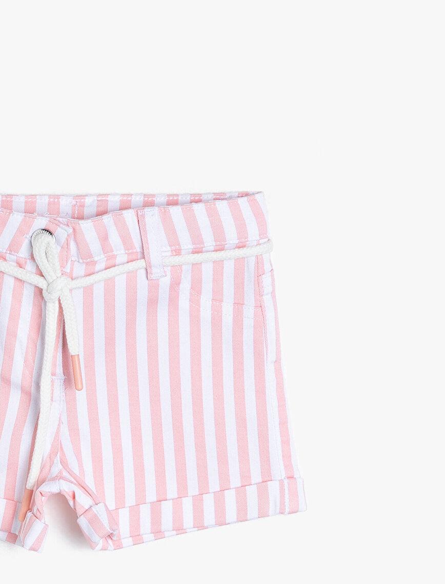 Çizgili Esnek Pantolon Kumaşından İp Kemerli Orta Bel Kısa Şort